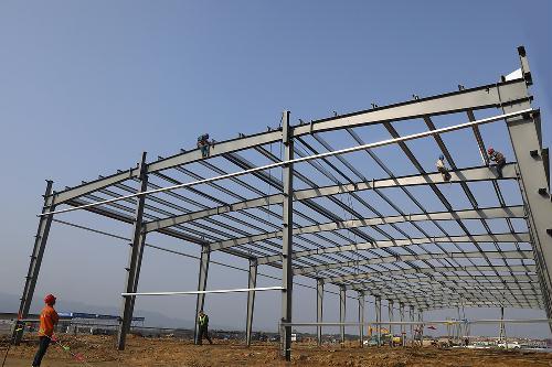 太湖项目首座标准化厂房钢结构吊装完成